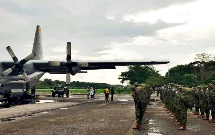 Llegaron 90 infantes de marina a la capital araucana.-